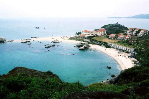 位于巽寮湾的正南面,面积约1平方公里.